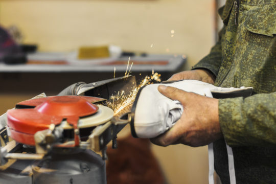 sharpening of the figured skates of a spark from a grinding wheel